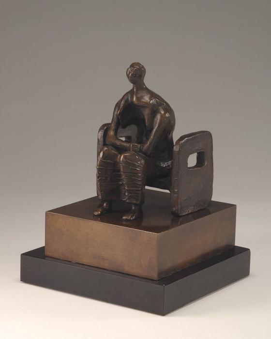 femme assise dans un chaise, sculpture de Henry Moore (1898-1986, United Kingdom)